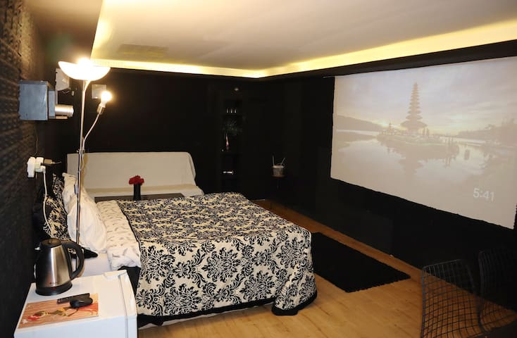 RARE Cinema Flat in City Center Near Metro 2m walk