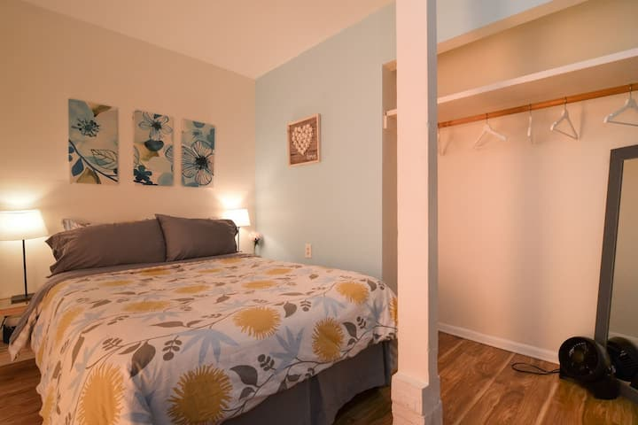 Cornflower Blue Bedroom 10 mins walk to Downtown