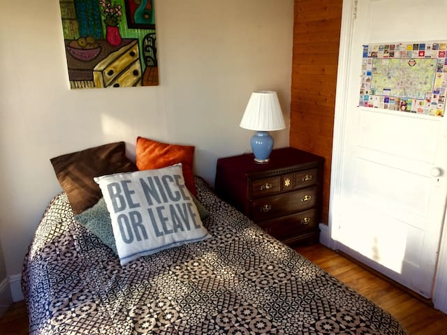 LAUGH at the pillow - Nice room on Munjoy Hill! - Portland - Lägenhet