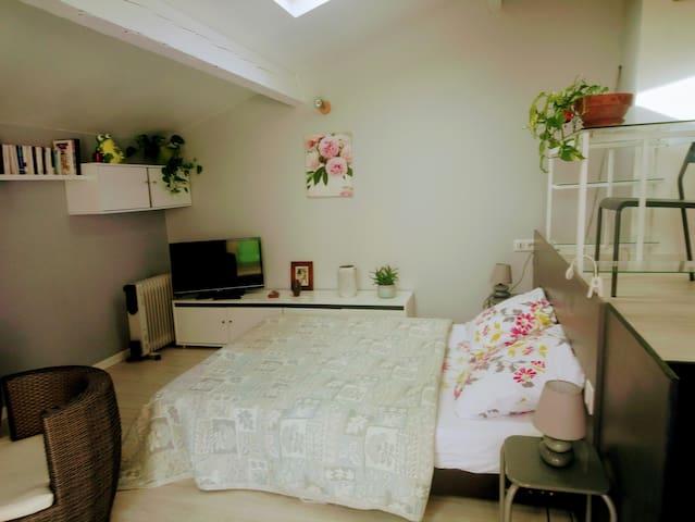 Pour plus d'espace le lit peut se glisser sous l'estrade. Sur cette estrade se trouve un bureau ainsi qu'un dressing