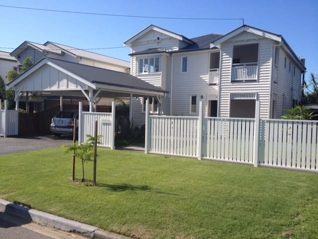 Modern large home 5 mins to A/port/CBD own b/room - Hendra
