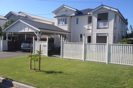 Modern large home 5 mins to A/port/CBD own b/room - Hendra