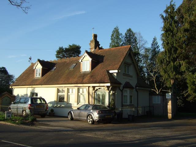 Priv Rm W Priv Bath RmVictorian  Lodge House - Solihull - บ้าน