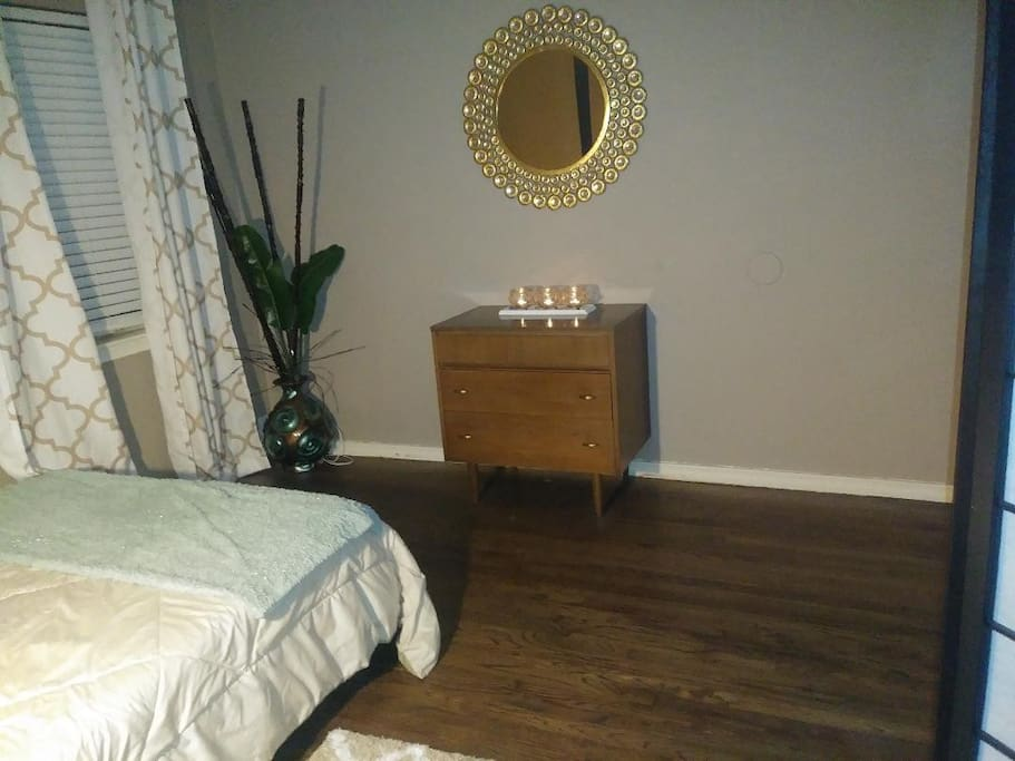 Quaint Private Mid Century Bedroom, Settle into Your Comfy Tempurpedic Mattress & 1000 count Hotel Quality Sheets. Wake up to Bagels, Cream Cheese, Fresh Fruit, and Specialty Brewed Coffee or Prepare Your own Favorite Breakfast Omlette in Your Gourmet Kitchen.