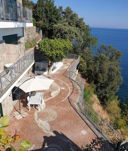 Appartamento a picco sul mare e terrazzo esclusivo