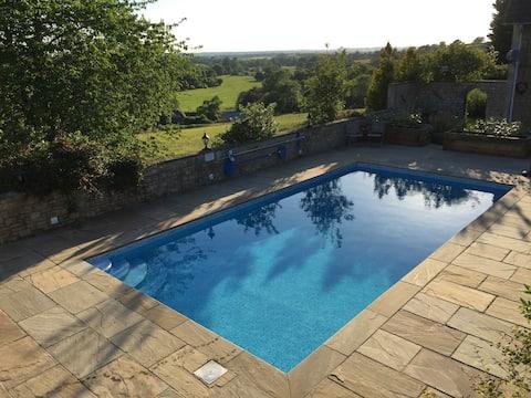 Luxe 2 slaapkamer schuur met zwembad en tennisbaan