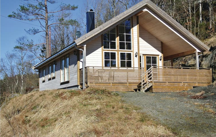 Holiday cottage with 3 bedrooms on 91 m² in Farsund