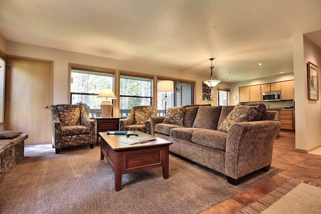 Couch,Furniture,Floor,Flooring,Apartment