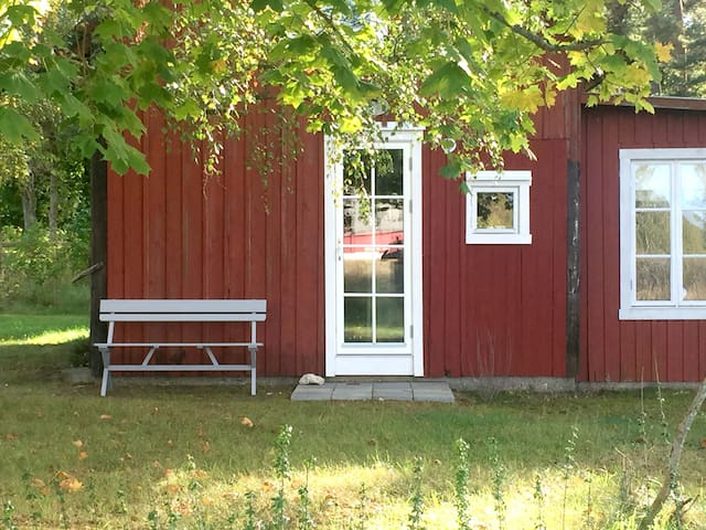 Charming small apartment in garden house! - Visby - เกสต์เฮาส์