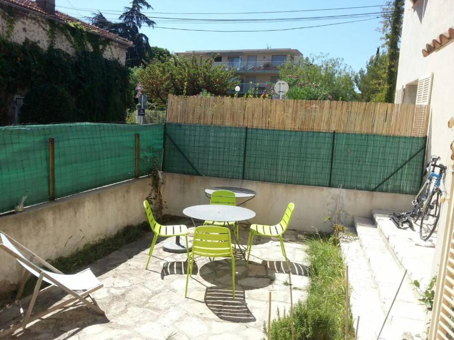 Terrasse privée de plus de 20 m2 ensoleillée, avec table de jardin...