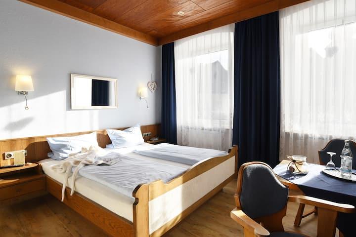 Hotel-Gasthof Goldener Hirsch (Bad Berneck im Fichtelgebirge), Gemütliches Doppelzimmer inklusive Frühstück