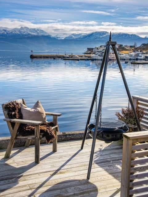 Perla in canoa sul mare, vista e spiaggia di Hardanger