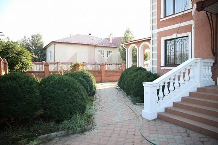 Красивый дом, 330 кв.м. Бильярд, двор, бассейн.