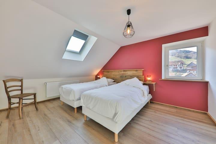 Une chambre avec 2 lits en 90x200 grand confort et une vue magnifique vers le Schnepfenried et le Hohneck