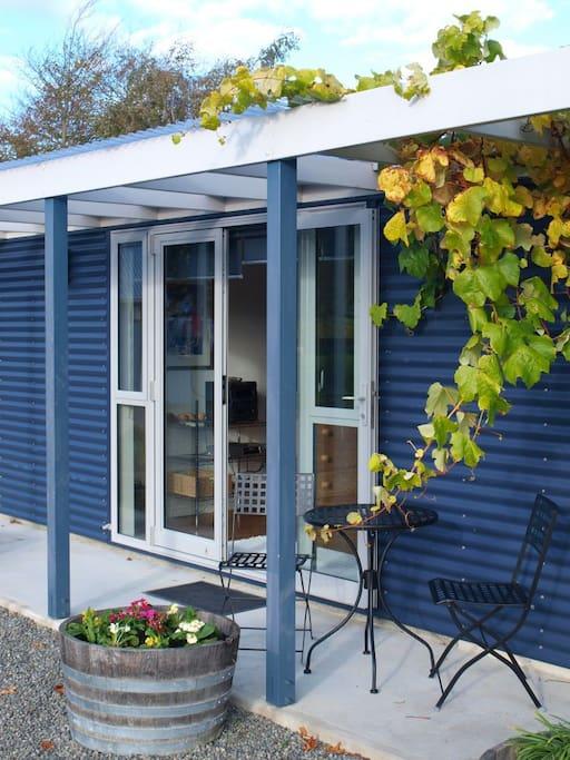 VAU Vineyard Cottage outside furniture