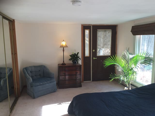 Sunny private room in apartment near Puffer's Pond - Amherst - Apartment