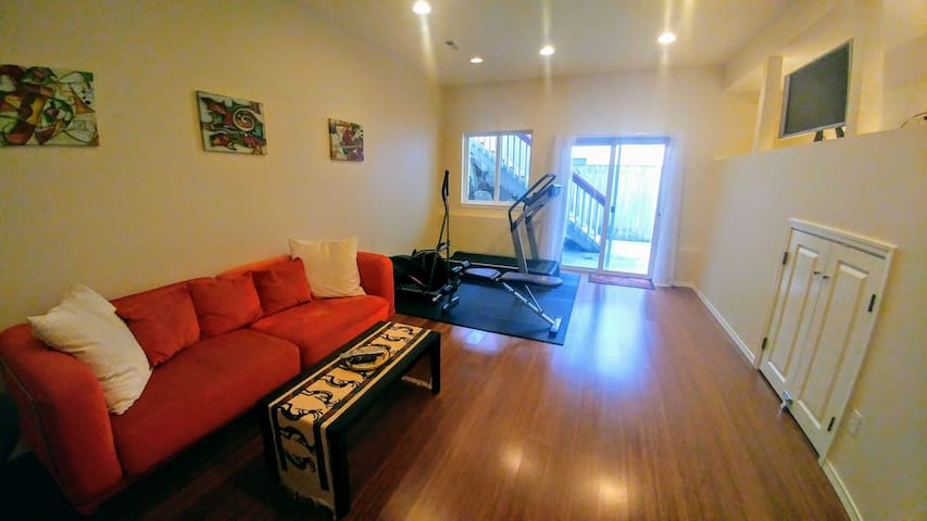 Large Private In-Law Apt on Quiet Edmonds Street