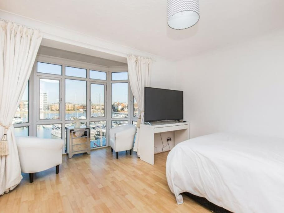 EnsuiteThe master bedroom with kingsize bed and 55inc TV with Netflix and cath up stunning views