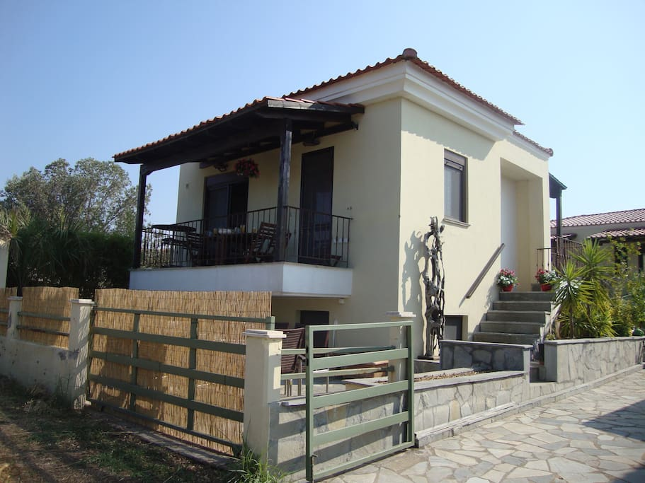 Villa Kontiki, Nea Fokia. Lovely clean fresh Family Villa close to the Beach, local Village & Tavernas in Halkidiki.