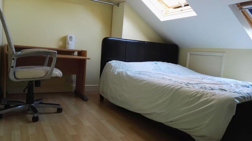 Cosy, warm, comfortable loft room, - 布里斯托爾 - 獨棟