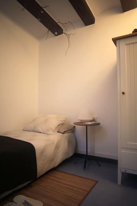 Acogedora habitación en el centro/Cozy room in the center.