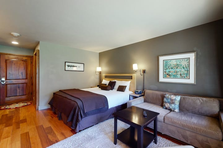 Deluxe ski-in/out studio w/mountain view, fast WiFi & shared hot tubs, pool, W/D