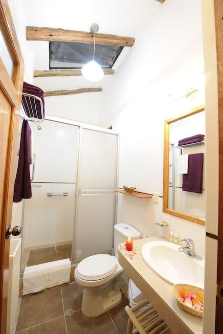 salle de bain spacieuse et chauffée