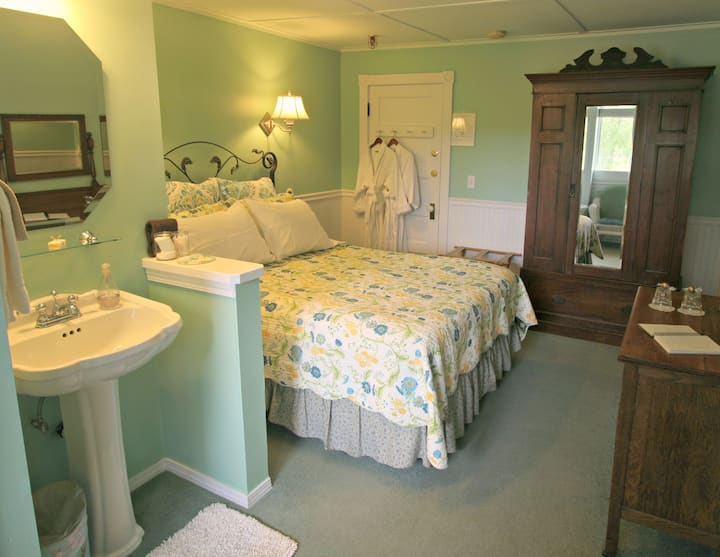 Chickadee Room, Kangaroo House B&B Full Bkfst Bath