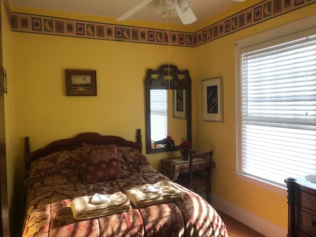 Yellow room+ for 1-4 guests @ South Shore bungalow