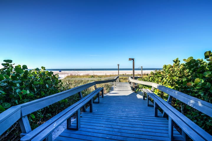 Gulf & Bay Paradise: Luxury Beach Condo; Pool, Tennis, Direct Beach Access
