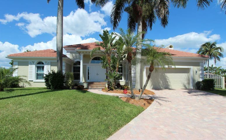 Gorgeous 4 bedroom waterfront home 1896 - Marco Island - Jiné