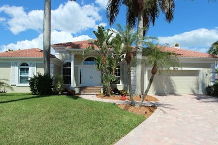 Gorgeous 4 bedroom waterfront home 1896 - Marco Island