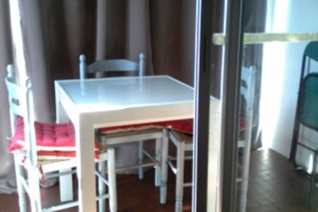 table transformable pour gain de place sur la loggia