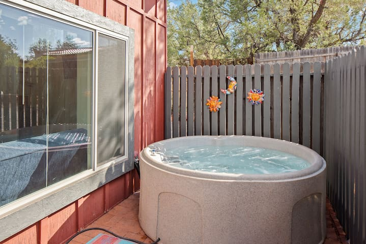 ❤️Private w HotTub&Patio, King Bed ✨ Hike, Vortex★