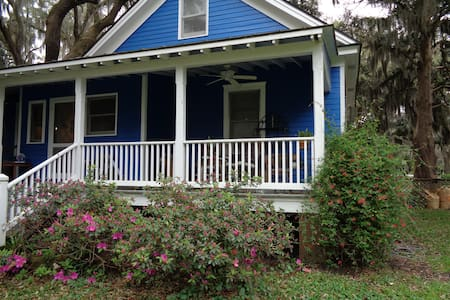 100 year old farmhouse on beautiful Isle of Hope
