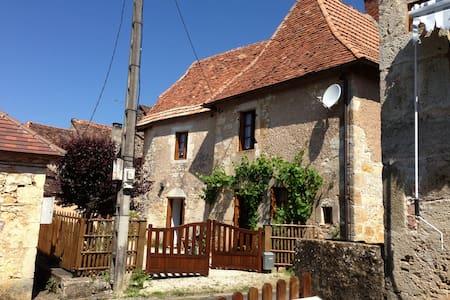 Petite maison périgourdine en pierre - Tourtoirac