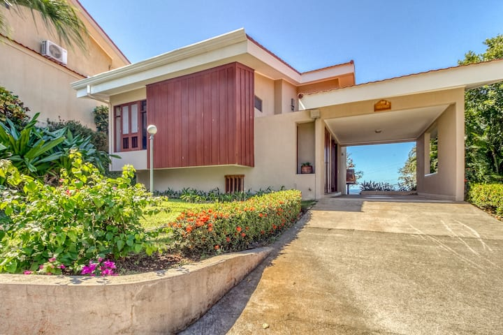 Hilltop resort villa, amazing oceanview and shared pool! Walk to the beach!