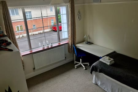 Spacious single bed room next to Poole Park