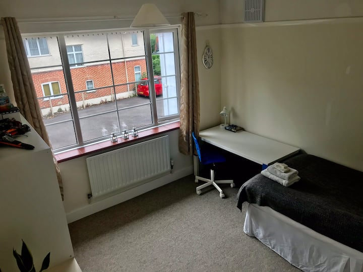 Spacious single room next to Poole Park+ carpark.
