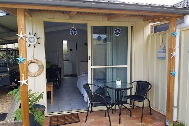The Shack is a small studio with its own toilet,shower,tv and small kitchenette. It has under cover parking. The Shack is located very close to Nowra.The host can provide you with details on activities in the local area.The shack is kept very clean.