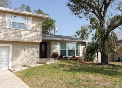 Live Like a Local! 1 mi. to beach, pool, grill ++ - Seminole