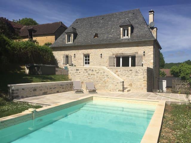 Jolie périgourdine rénovée, terrasse, piscine.