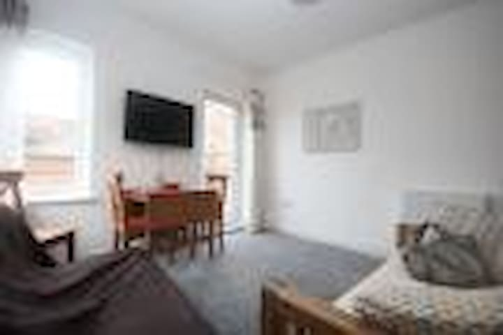 Cosy central 2 bed flat with Canal Views