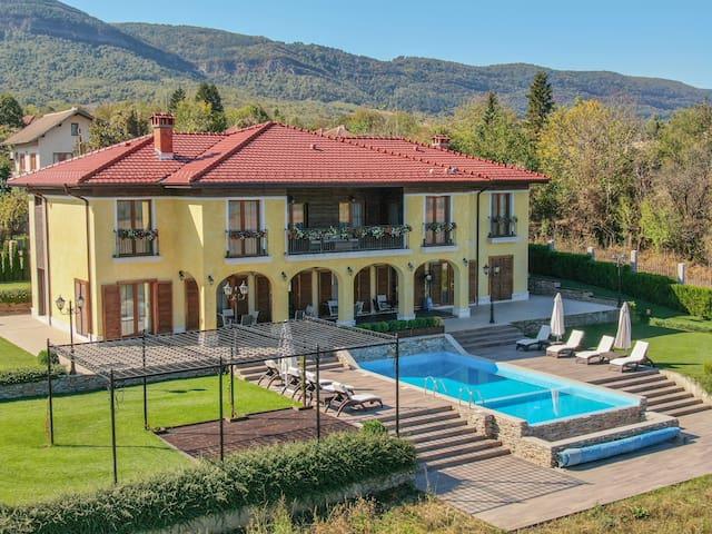 Country villa majestic vistas modern amenities 10