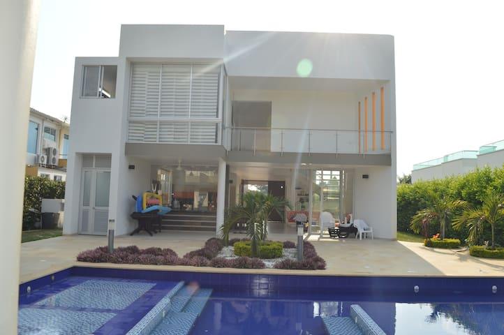 Amplia, Equipada y Acogedora casa en Anapoima