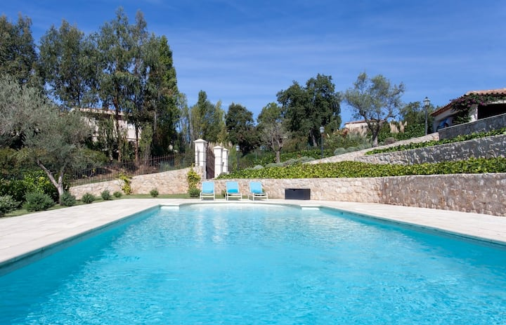 Gorgeous villa and pool which is just ten minutes away from Cannes and sea
