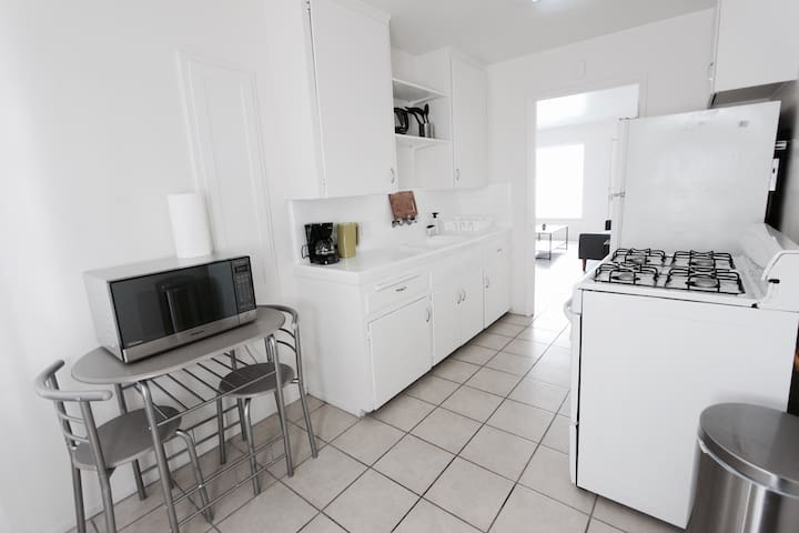 1 Bedroom Apt in the Heart of Hollywood! FR 7012