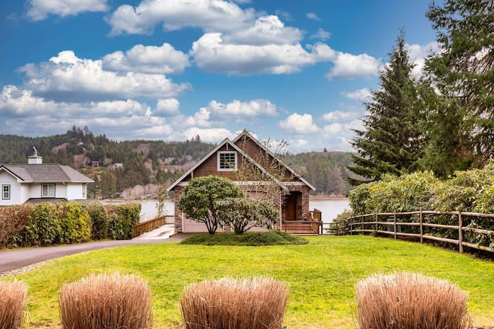 *NEW LISTING*  Stunning Lake Front Home-Private Dock-Pet Friendly-Close to Downtown Florence & Dunes