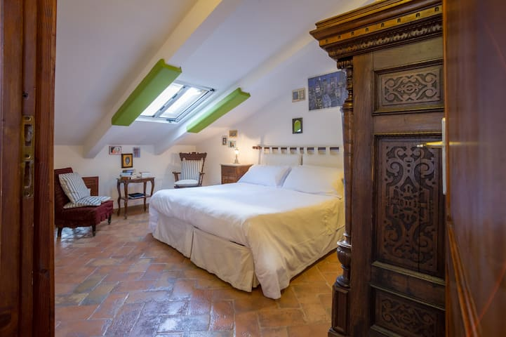 Attic room with external private bathroom - Орвието - Квартира