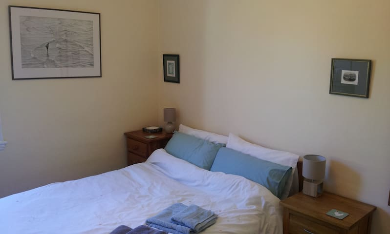Simple double room; great location - Bath